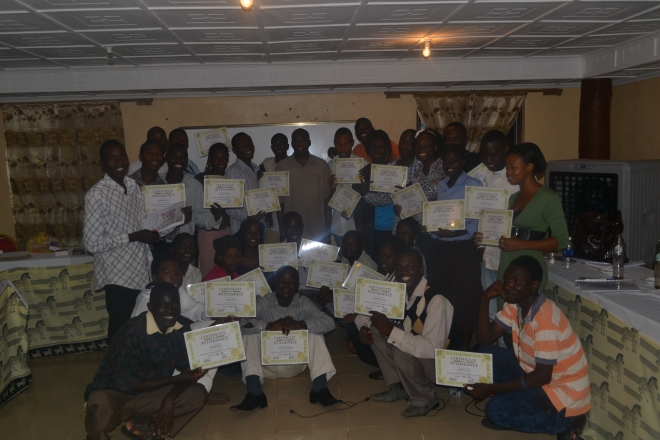 Gruppebillede med certifikater og repræsentant fra IZB